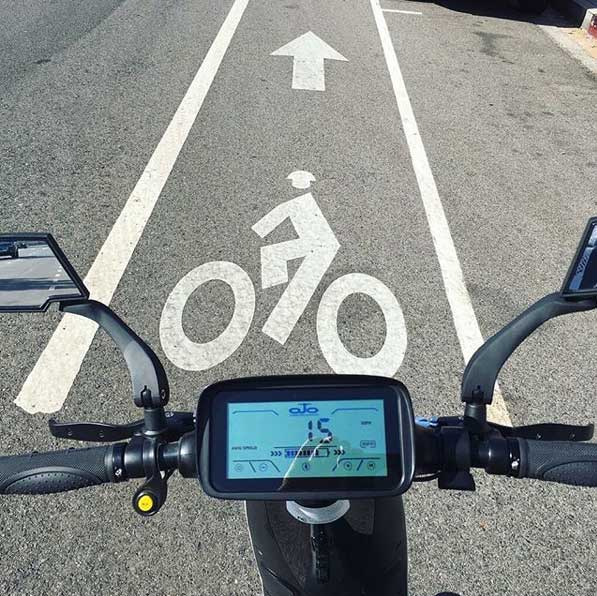 Bike-lane friendly electric scooter